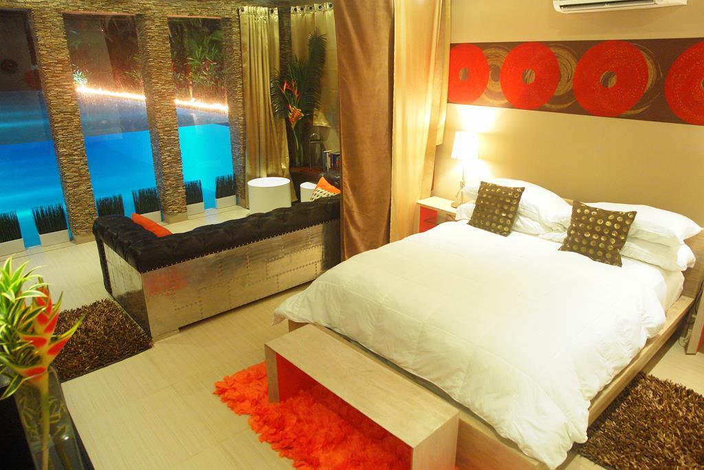 Villa Sofia – The Underwater Suite – Bed/Living Area/View
